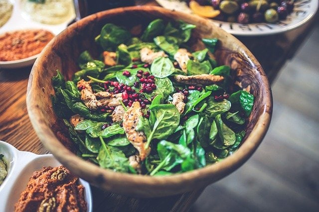 Spinach salad with pomegranate seeds and chicken